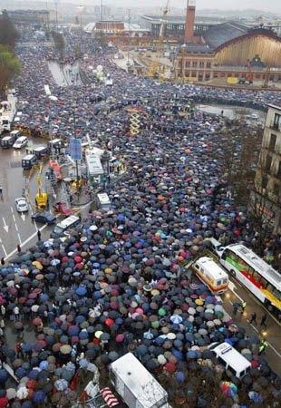 マドリッドで行われたテロ反対のデモ。通りを傘が埋め尽くしました。
