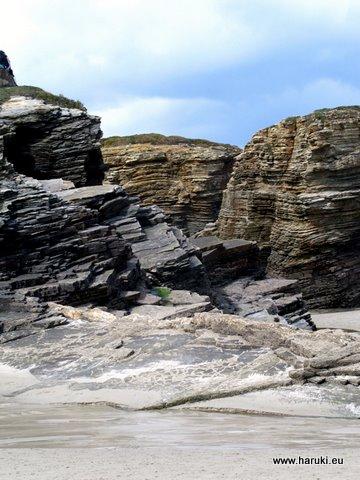荒々しい岩肌。