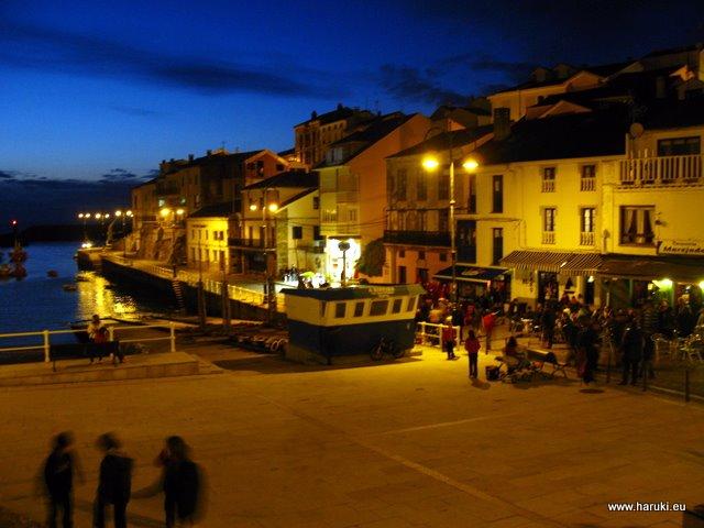 夜の港の様子。夜11時でも子供達が遊んでいたのにはビックリ。