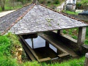 昔の洗濯場。川の水が流れる場所に作り、水槽の淵の斜めに傾いた部分を洗濯板として使う造りです。