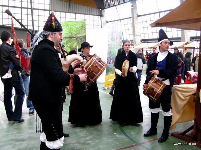 民族衣装を着て楽器を演奏する人達。この地域の民族衣装では黒を多用します。