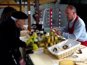 チーズフェスティバルの会場。黒のベレー帽もこの土地の人が愛用するものです。