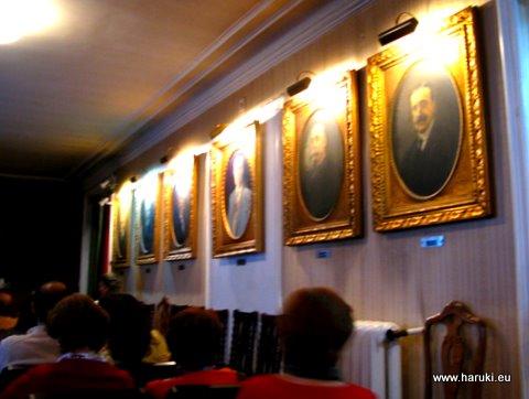 壁には様々な作家や芸術家の絵が飾られています。