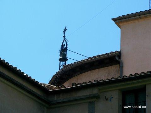 カフェから見える古い教会の鐘。青い空に映えます。
