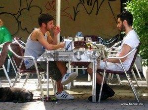 男性同士での朝食風景もよく目にします。カップルでも特に驚かないのがこの地区でしょう。