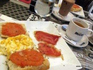 遅めの朝食をゆっくりと。