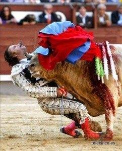 牛に顎を突かれたフリオ・アパリシオ