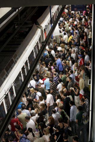 ストライキ初日の様子。運行本数を大幅に減らしたせいで、メトロは大混乱。(現地紙adnより。)