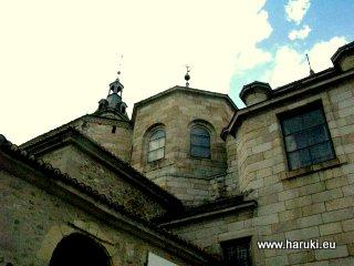修道院の外観。立派な石造りです。