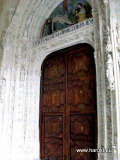 教会の入口。この門の彫刻の精巧なこと!一人で見入ってしまいました。