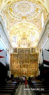 教会内部の様子。式の間に観光客が入ってきたのも納得です。