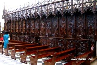 これらの椅子は、一時期この教会から移動されたそうですが、教会の復旧後にまた戻されました。