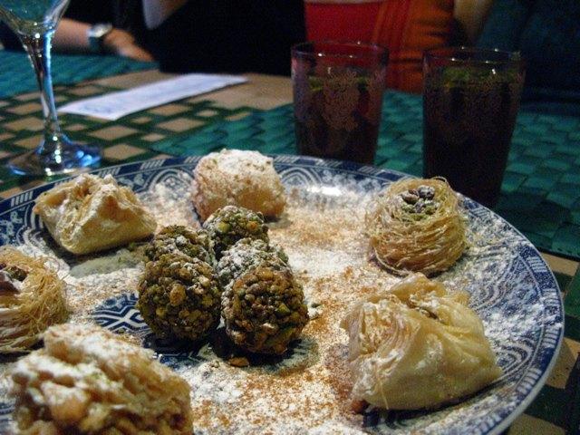 暑さのせいか、最近よくいただく中東のお菓子。蜂蜜やナッツが入っていて美味しいです。