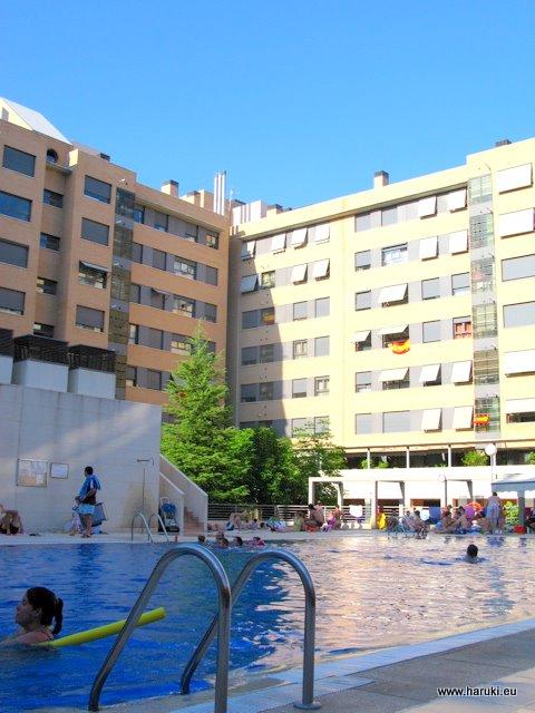 友人宅のプール。マドリッドではこういったアパートの公共プールがよく見られます。