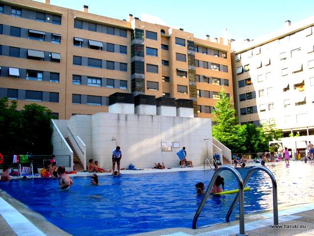 夏のプールはどこも大人気。各団地に一つあるとすると、この地区だけでもかなりの数になりますが・・・。