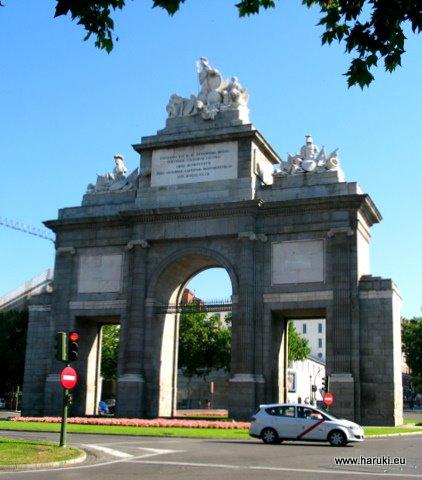 病院の近くのトレド門 (Puerta de Toledo)