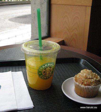 スタバにもあるオレンジジュース。大きな容器なのでお得感があります。