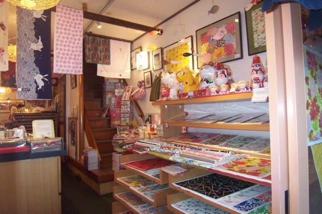 いせ辰さんの店内。沢山のお花が咲いたようです。