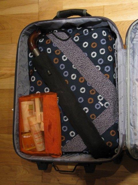 頻繁に出張に行く夫のスーツケースにも風呂敷が。