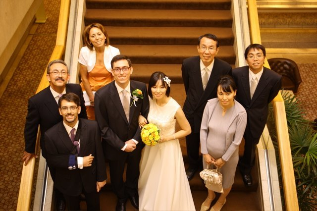 階段で家族写真。