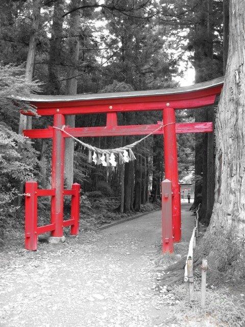 白山神社と能舞台への入口。