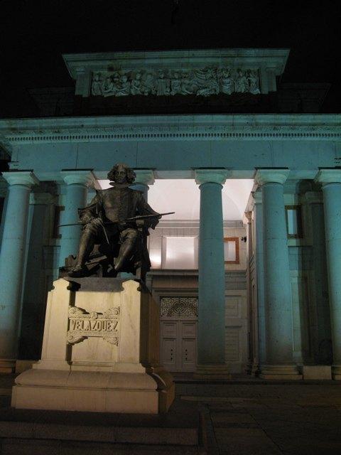 夜のプラド美術館正門とベラスケスの銅像。
