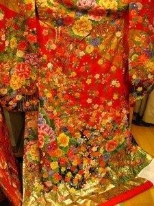 本当に素敵な着物でしたが、レンタル料が30万円強と聞いて諦めました。既に結婚していた私達は、その分を料理に注ぎ込むことに決定!