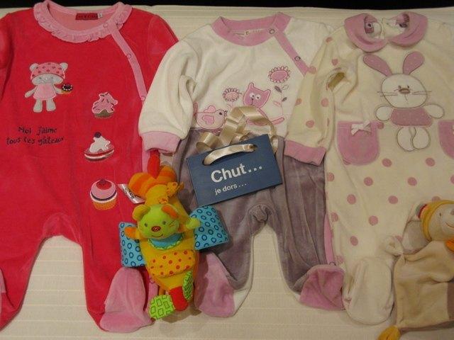 洋服とおもちゃのセット。