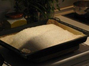 魚の塩焼き。魚を塩で包み、オーブンで30分程蒸し焼きにします。