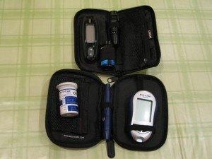 血糖値を測る機械。ボールペンのようなもので指をチクッと刺します。