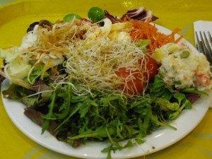 山盛りサラダ。実はポテトサラダはちょっと反則なのですが・・・笑。