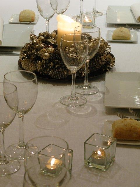夫の職場のクリスマスディナーのテーブル。白地にロウソクの光と金の飾りだけというシンプルなものでしたが、温かみがあって素敵でした。