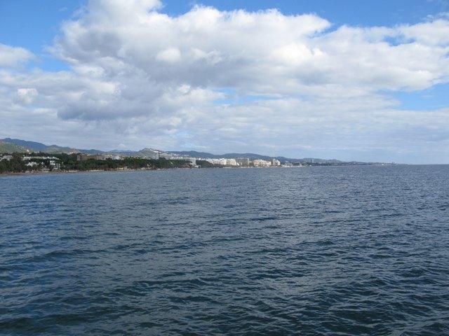 マルベヤの浜辺。晴れた日のお散歩は気分が良いです。