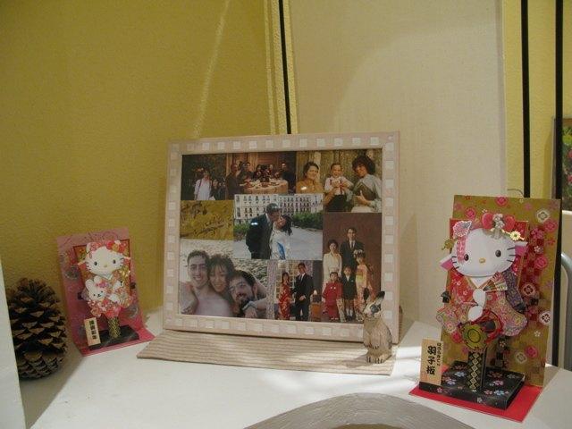 プレゼントに届いたハローキティの羽子板カード。写真立ての両脇に飾りました。