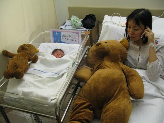 小さいクマのぬいぐるみでさえ、娘より大きいです。