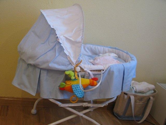 我が家の赤ちゃん用ベッド。お客さんが来た時に赤ちゃんを見せるのにも便利です。近くにあるバッグはLand's Endのもので、以前イニシャルを入れて注文しました。おむつや赤ちゃん用品をまとめておくのに便利です。