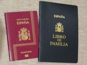 義母がいる間に娘のパスポートも作成しました。右は市の登録所で登録される家族情報の本。