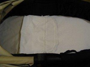 中のクッションにはシーツをかけ、毛布が直接肌に触れないように別のシーツをかけます。こういうセットもヨーロッパならではでしょうか。