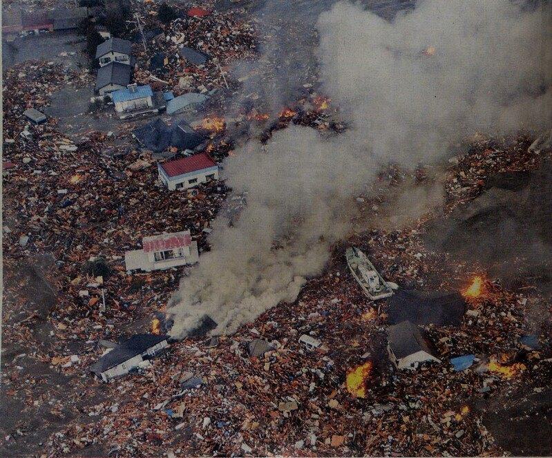 津波にさらわれながら燃える建物。NHKより。