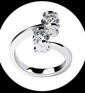 こんな婚約指輪もあります。
