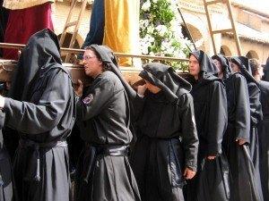 イースター休暇では、こういった衣装を着て、キリストの受難を象った「御神輿(pasos)」を担ぐ人達が沢山います。