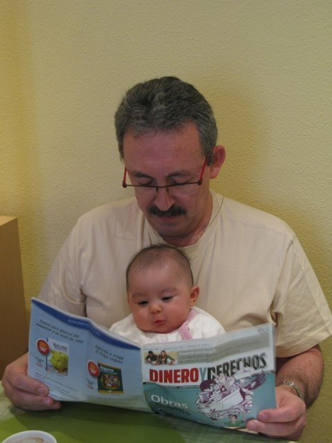 おじいちゃまと一緒に読書中。