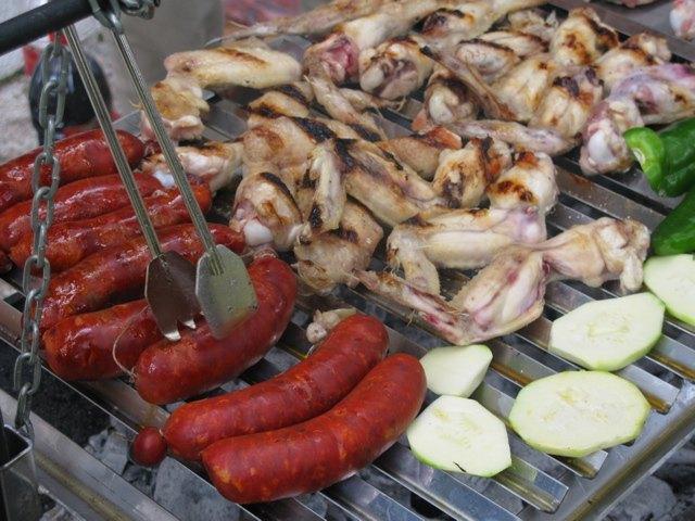 チョリソとお肉がメインのバーベキュー。女性に合わせて少し野菜も追加です。