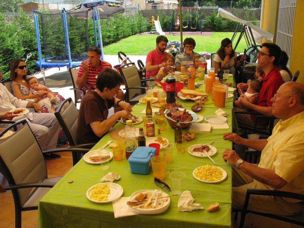 誕生会の様子。参加者全員が子供連れで、とても賑やかなパーティーでした。