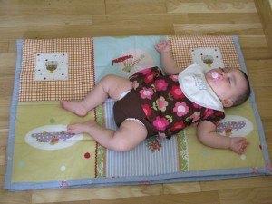 虫のようになって寝る娘。これは遊び疲れてお昼寝をしている様子。