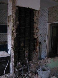こんな古い煙突が入った柱も。煙突は既に使われていません。