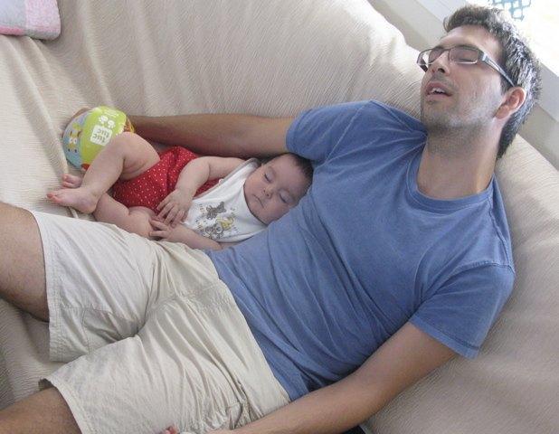 遊び疲れて(?)寝る義弟と娘。