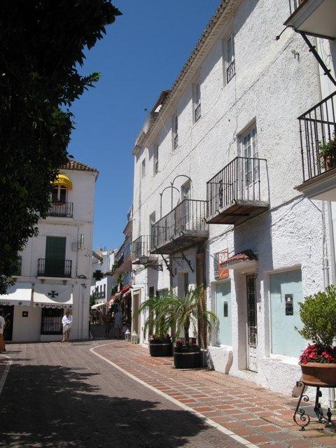 マルベヤの市庁舎。夏の陽射しと壁の白のコントラストはアンダルシアならでは。