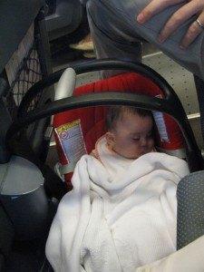 帰りの電車の中で。夫の足元ですやすやと寝ています。