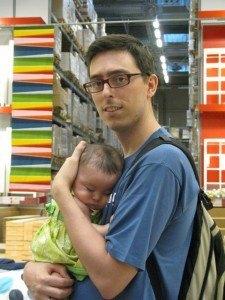 IKEAの倉庫で。さすがに夕方になると眠いらしく・・・。